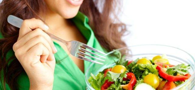 Прием витаминных комплексов в осенний и зимний период, употребление свежих фруктов и овощей поможет повысить иммунитет и улучшить состояние кожи и повысить ее защитные функции