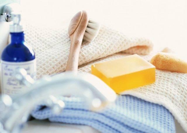 Следует завести маленькое полотенце, предназначенное специально для лица и менять его раз в неделю