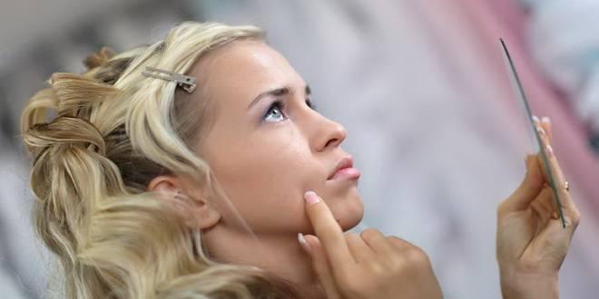 Фото — 2 Мелкие белые прыщи на щеках говорят о несоблюдении личной гигиены