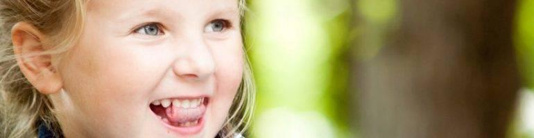 Что делать, если ребенок прокусил язык насквозь, как остановить кровь?