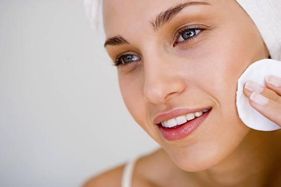 Почему необходимо смывать макияж