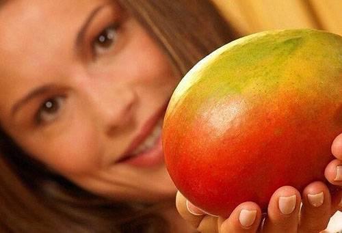 Девушка с манго