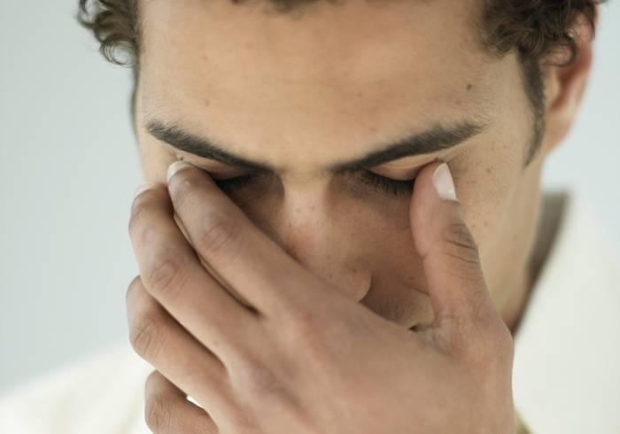 Зуд вокруг глаз и покраснение: причины и лечение