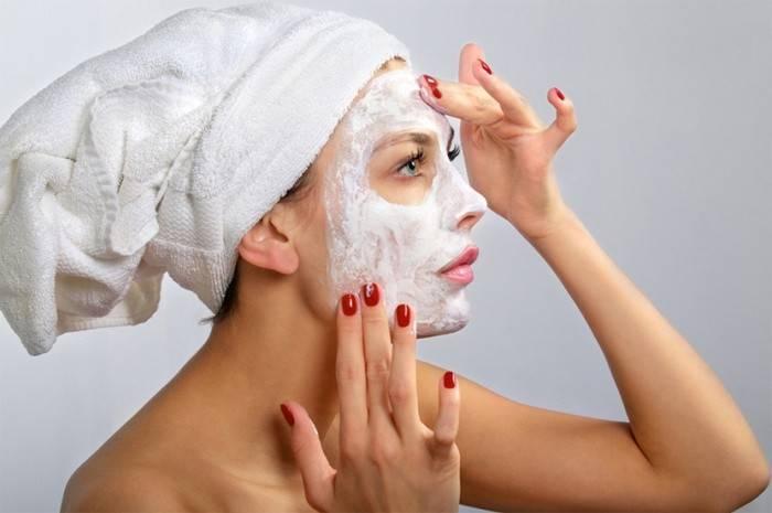 Девушка наносит маску для лица