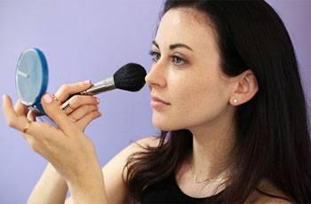 Нанесение рассыпчатой пудры на кожу лица при помощи кисти